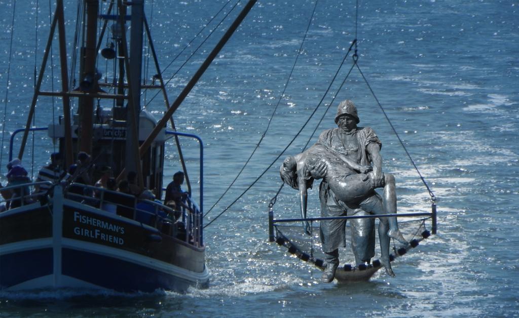 Der Fischer ohne Frau erschafft seine Jungfrau | The fisherman without a woman creates his girlfriend
