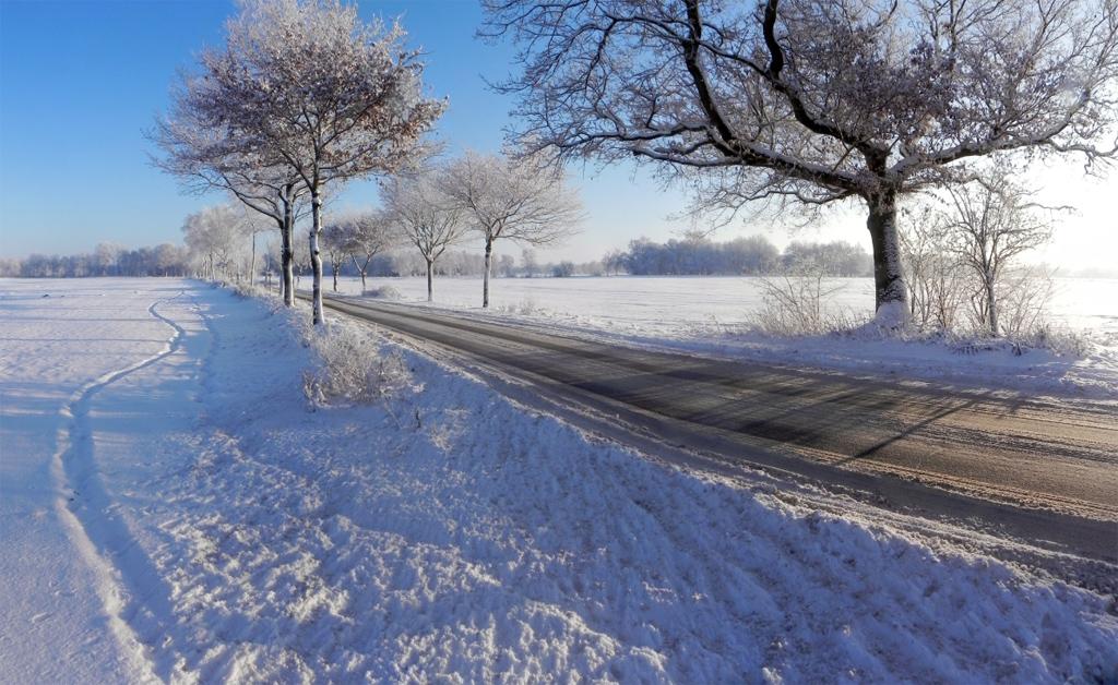 Das Winterland schafft Landstraße | Winter's land creates rural road